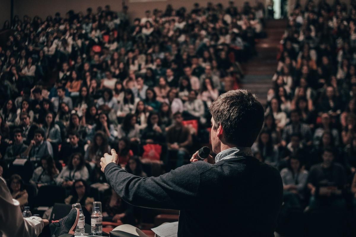 群衆に向けてのスピーチ