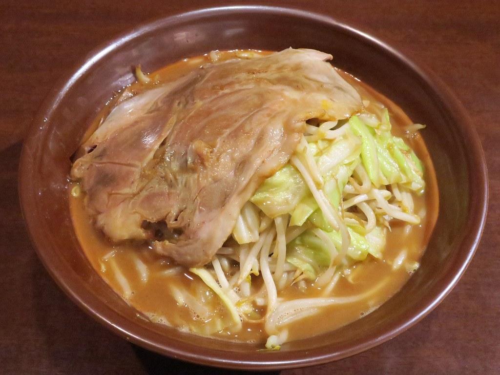 濃厚な味噌スープと極太麺の衝撃...