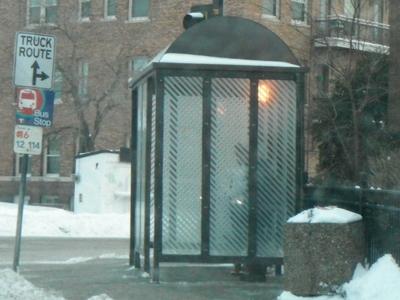 雪の中の、ミネソタのヒーター付きバス停