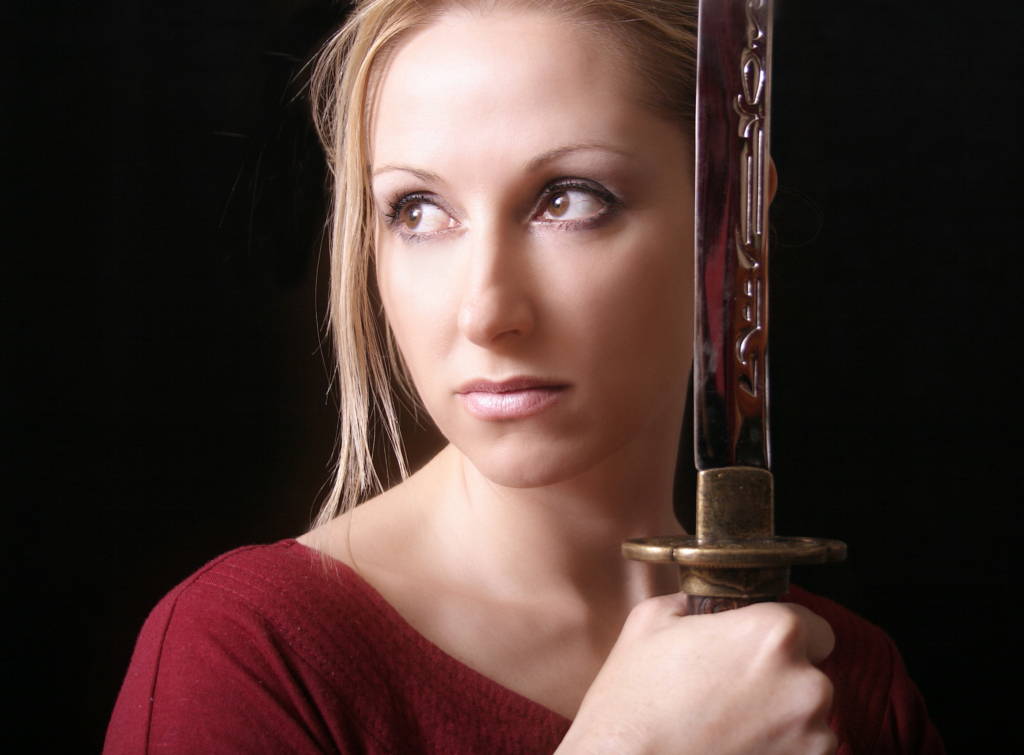 Beautiful  white woman brings a Japanese sword-katana close to a face Ⅰ. (日本刀を顔に近づける美しい白人女性 其の一)