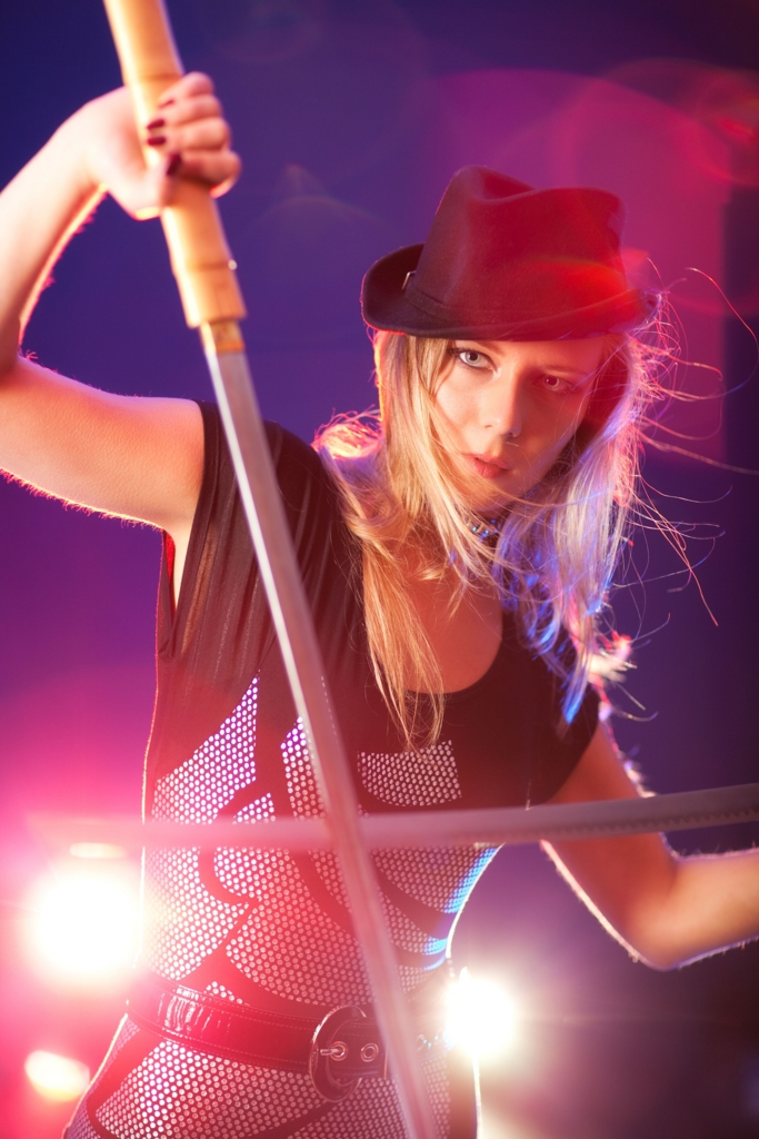 Beautiful white woman put on a hat with two japanses swords-katana.(ハットを被った二刀流の美しい白人女性)