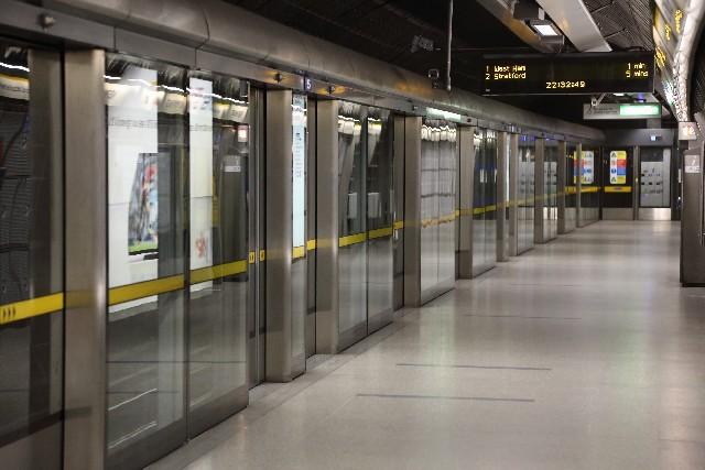 完全防備のホームドアがついた地下鉄