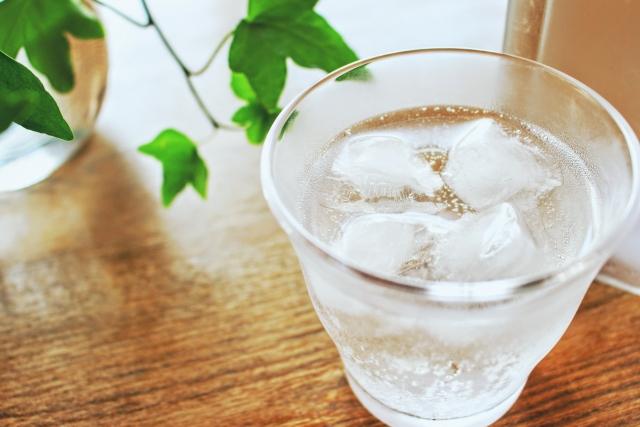 グラスに入れた水