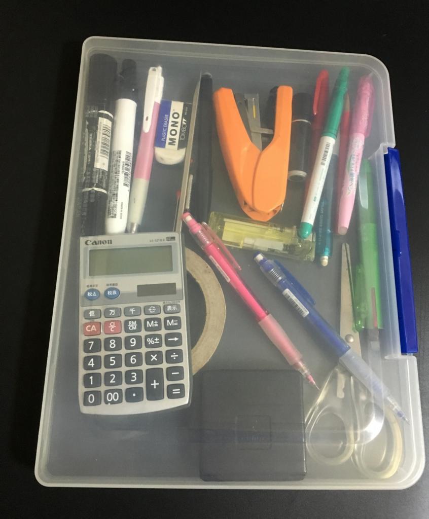 文房具などの小物はファイルケースにまとめて、本棚に収納!