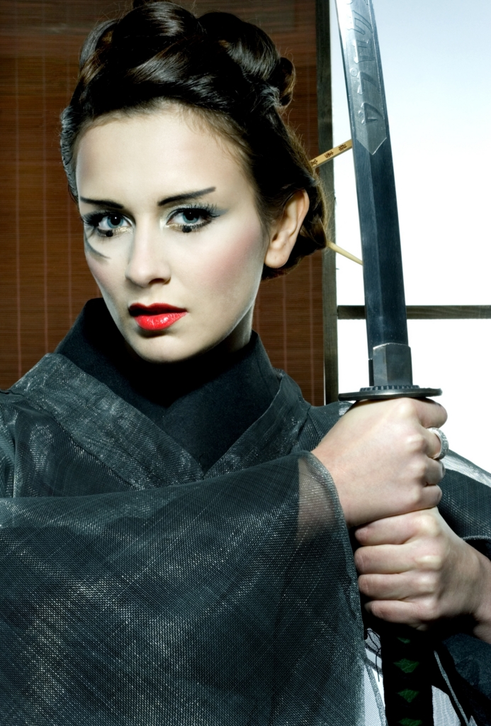 Beautiful Caucasian women claw a Japanese sword wearing a kimono Ⅰ.(着物を着て日本刀を手にした美しい白人女性 その壱)