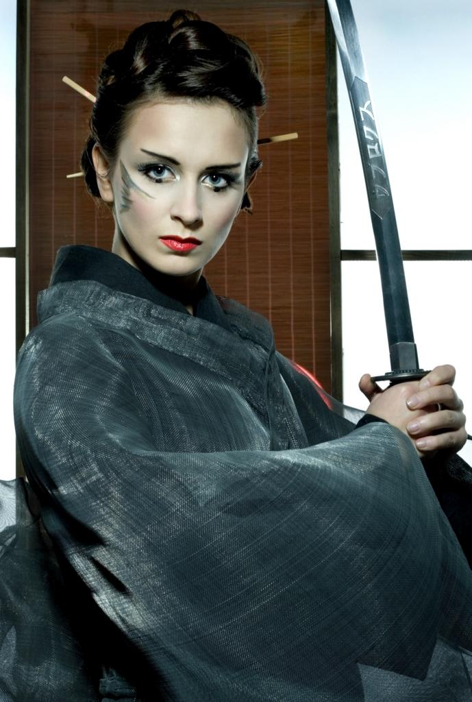 Beautiful Caucasian women claw a Japanese sword wearing a kimono Ⅲ.(着物を着て日本刀を手にした美しい白人女性 その参)