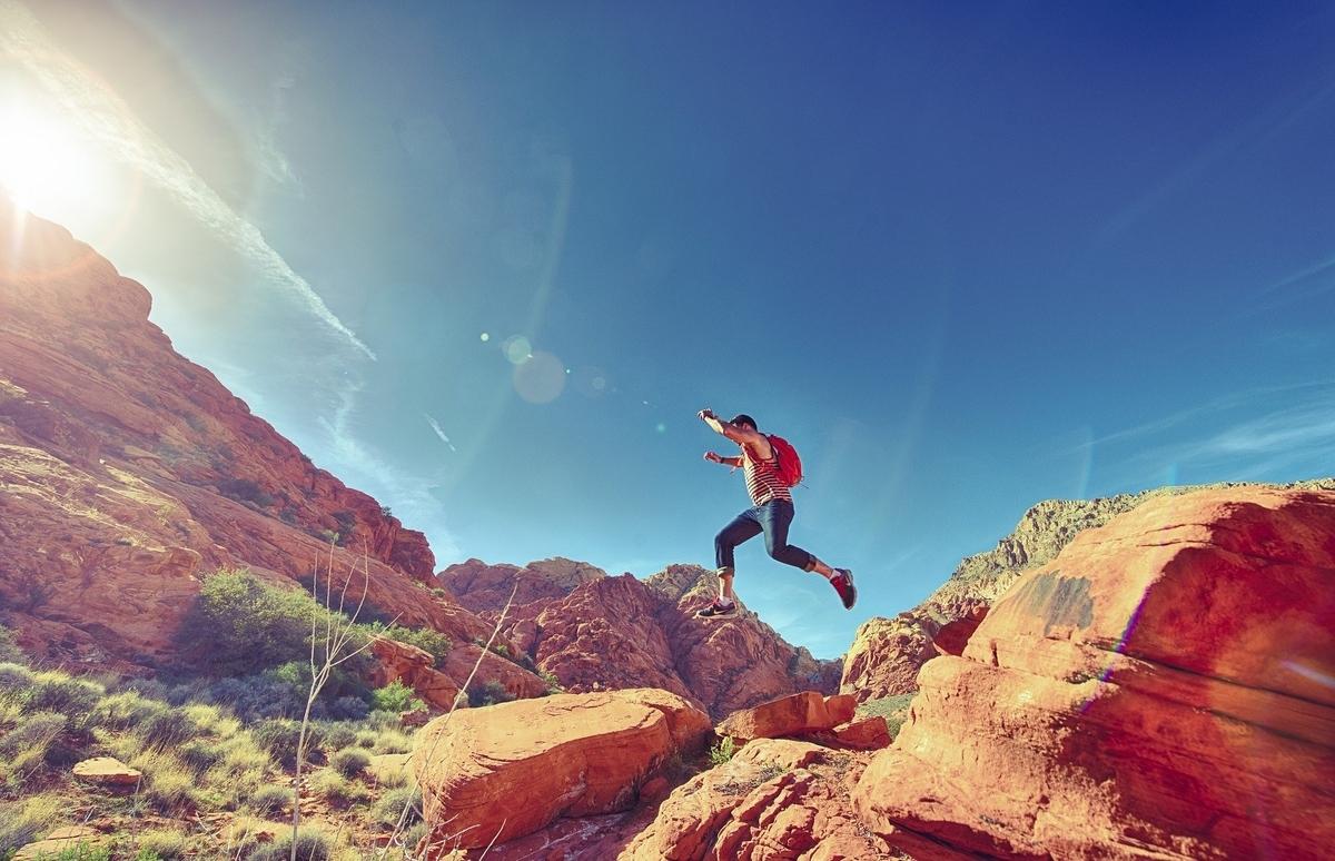 男性が勢いよくジャンプする画像