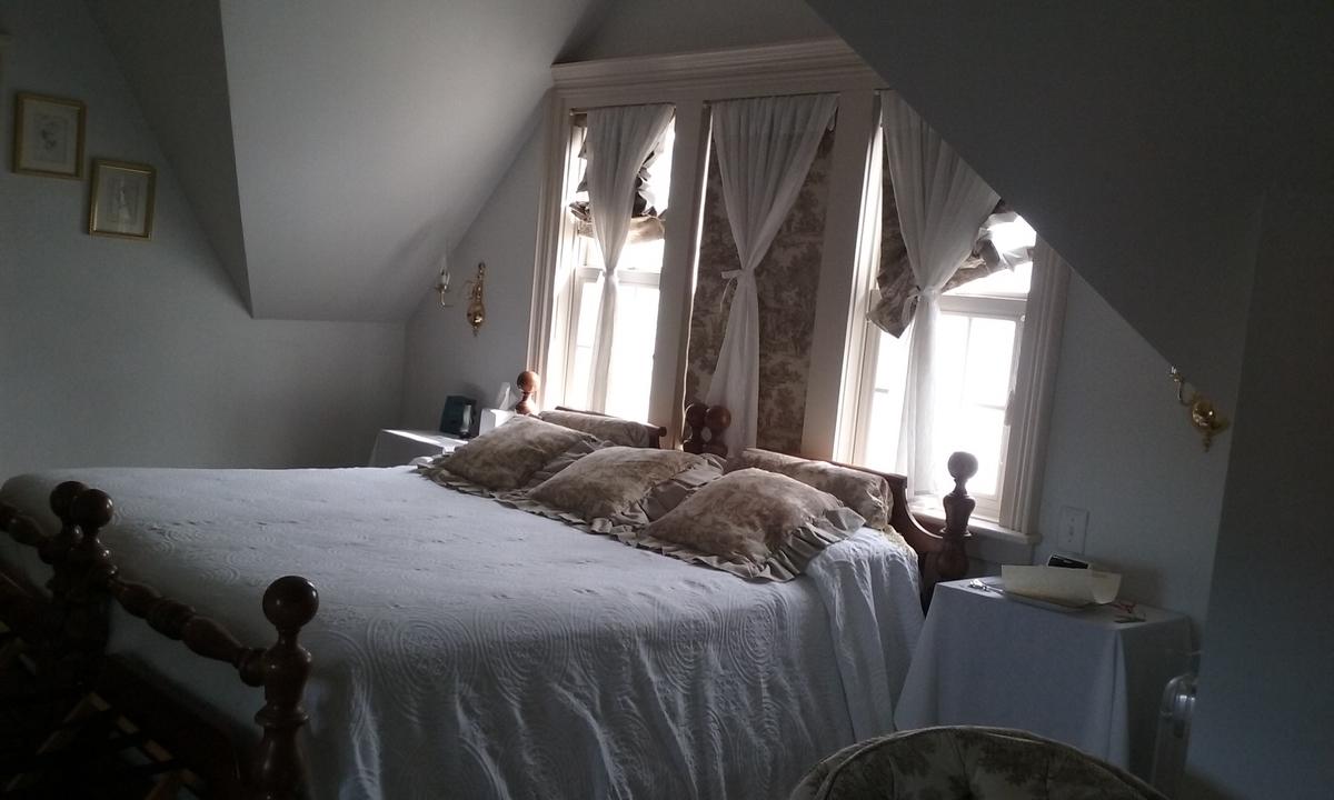 白を基調にしたホテルの一室