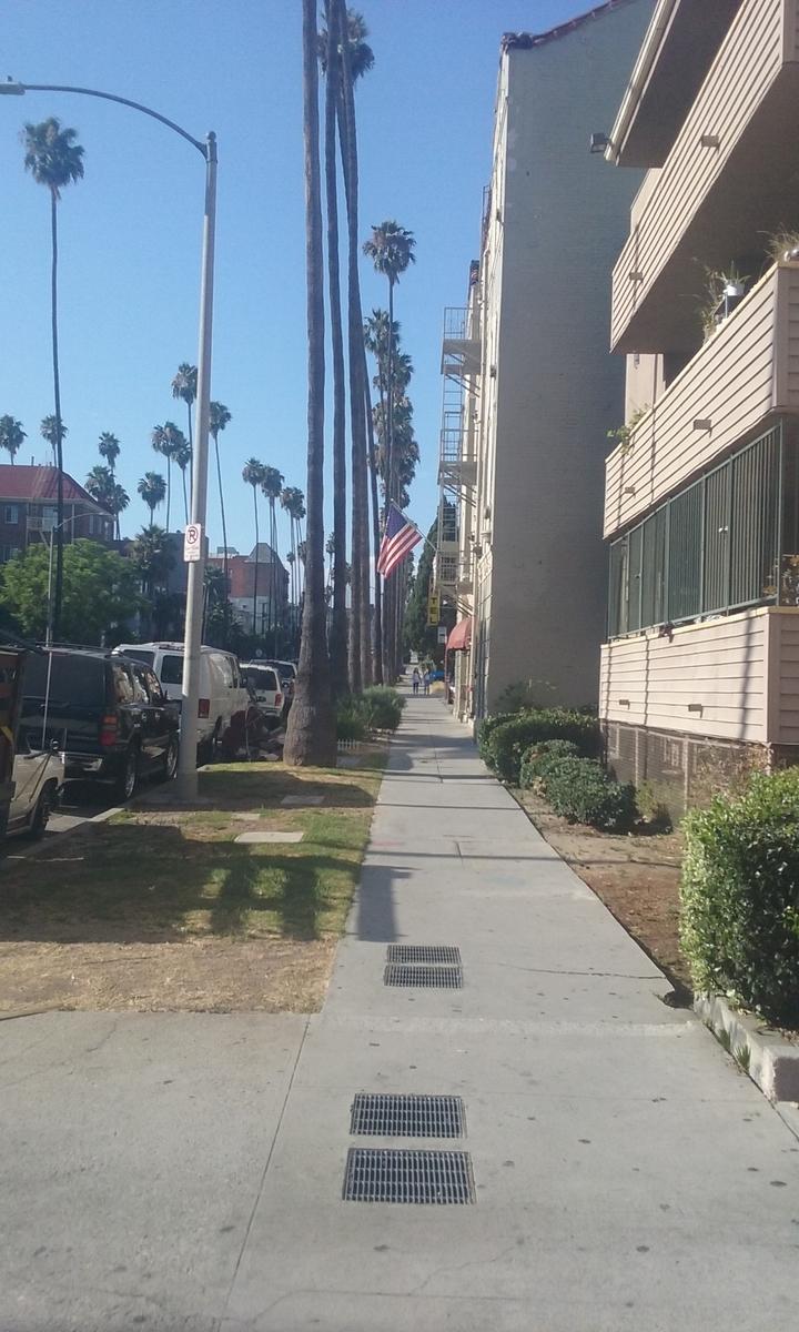 ロサンゼルス コリアタウン。大通りを1本それただけで、人影はかなりまばら。