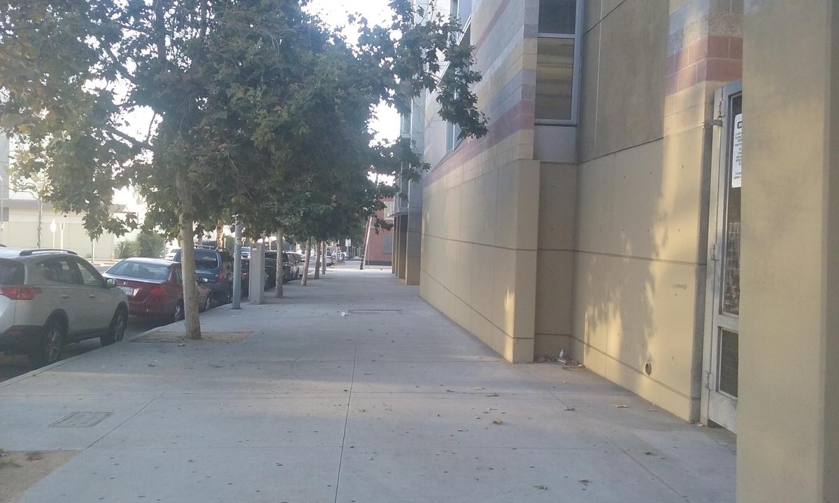 こちらは8月、夜7時前のダウンタウンの一角です。本当に人がいない!