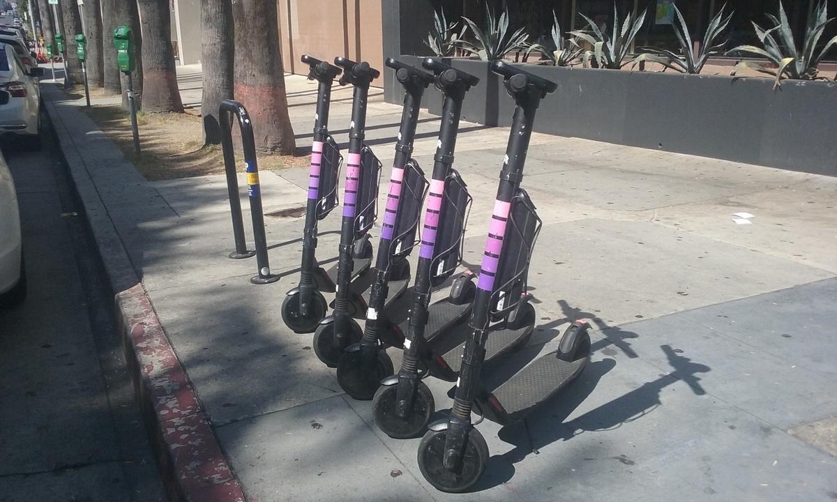 歩道脇の電動シェアスクーター