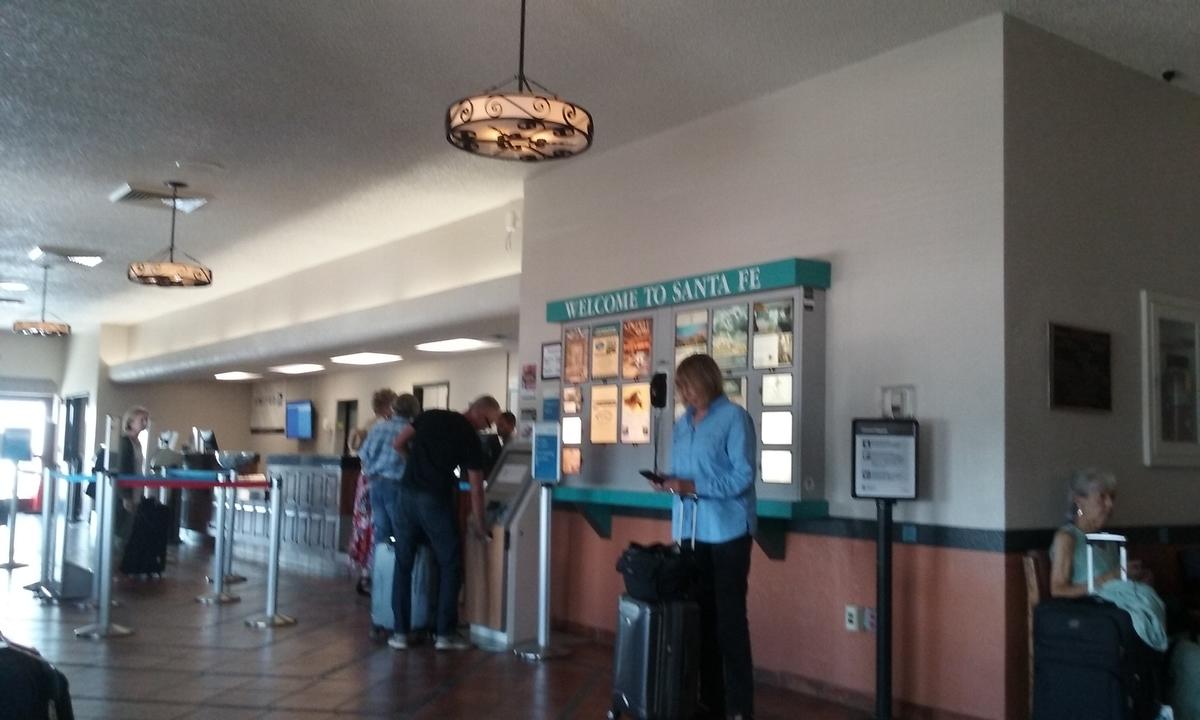ウッディなイメージの空港カウンター