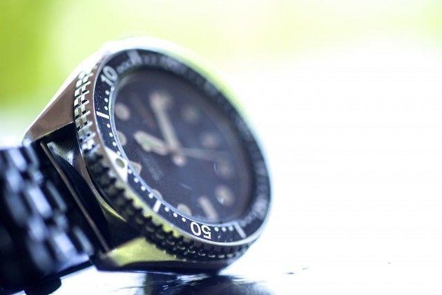 腕時計と太陽の光