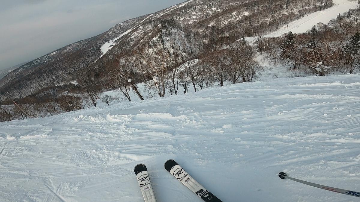 非圧雪のコースも充実。踏み荒らされていない場所はパウダースノーが残る