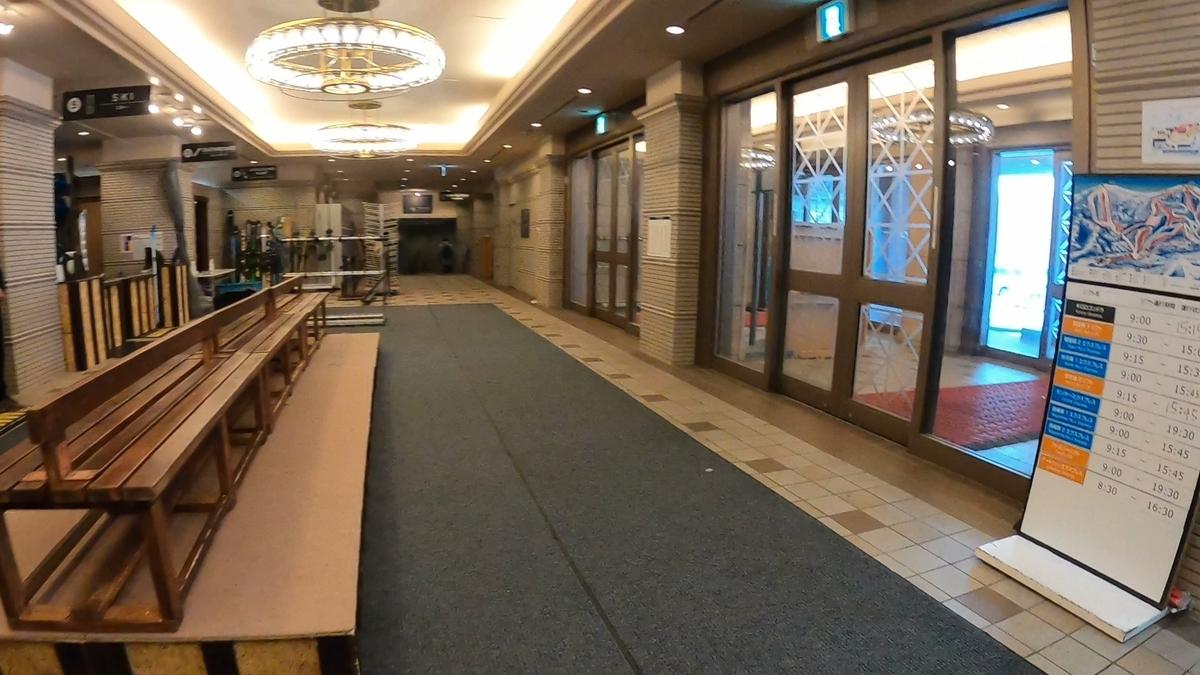 ホテルの一角では早めに今シーズンのサービスを終了したところもある