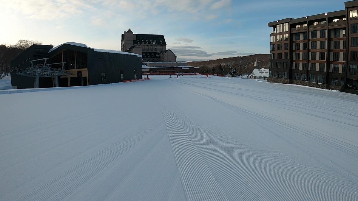 今シーズンオープンしたばかりのコンドミニアムやホテルとスキー場をつなぐゴンドラが少し寂しい…