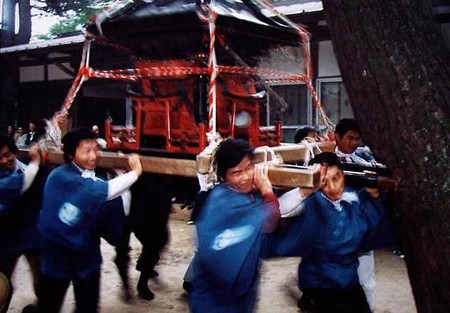 天見・蟹井神社 松の大木に神輿をぶつけて気合を入れる。でも今はこ