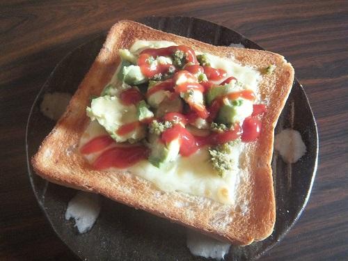 チーズとアボガドのトースト