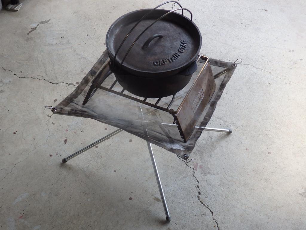 焚き火台に乗るグリススタンドとダッチオーブン