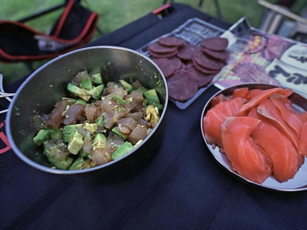 クッカーで作ったキャンプ飯 マグロとアボカドの醤油和え・サーモンの刺し身