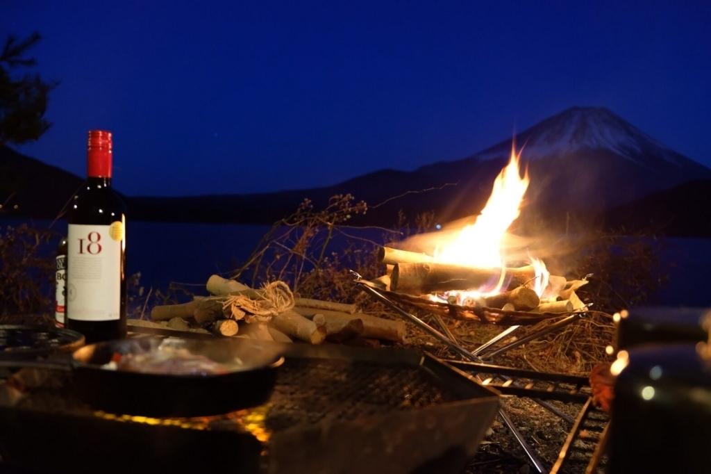 洪庵キャンプ場 焚き火を前にキャンプ飯を堪能