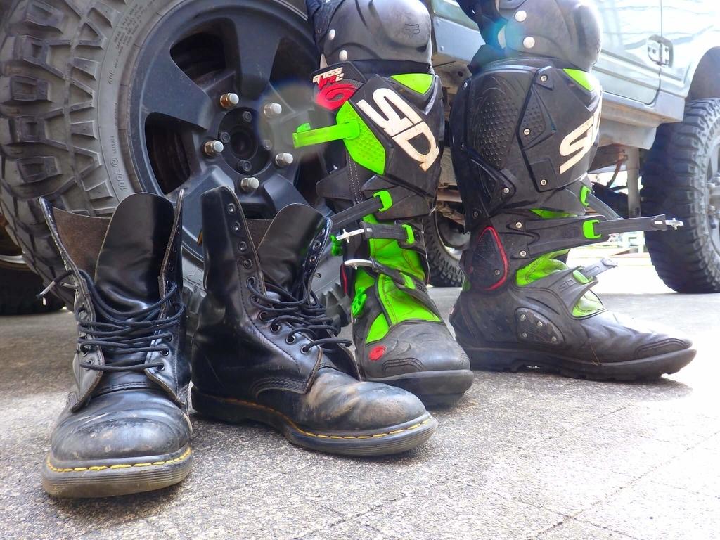 左:レースアップブーツ 右:オフロードブーツ