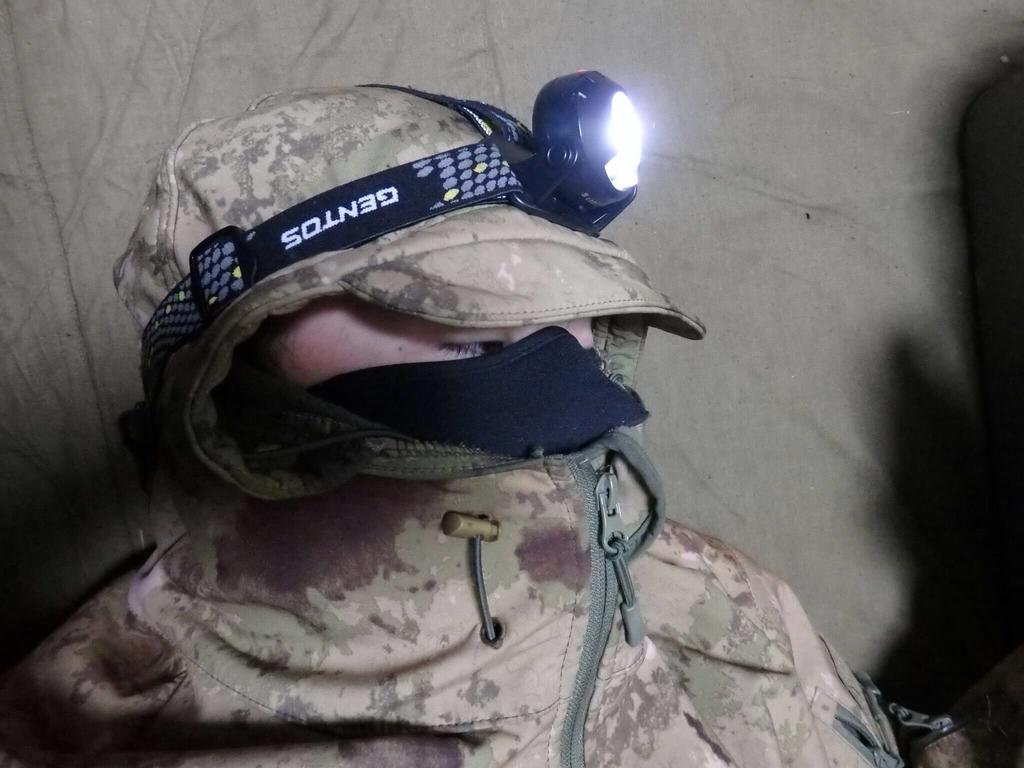 フードの上から装着したヘッドライト