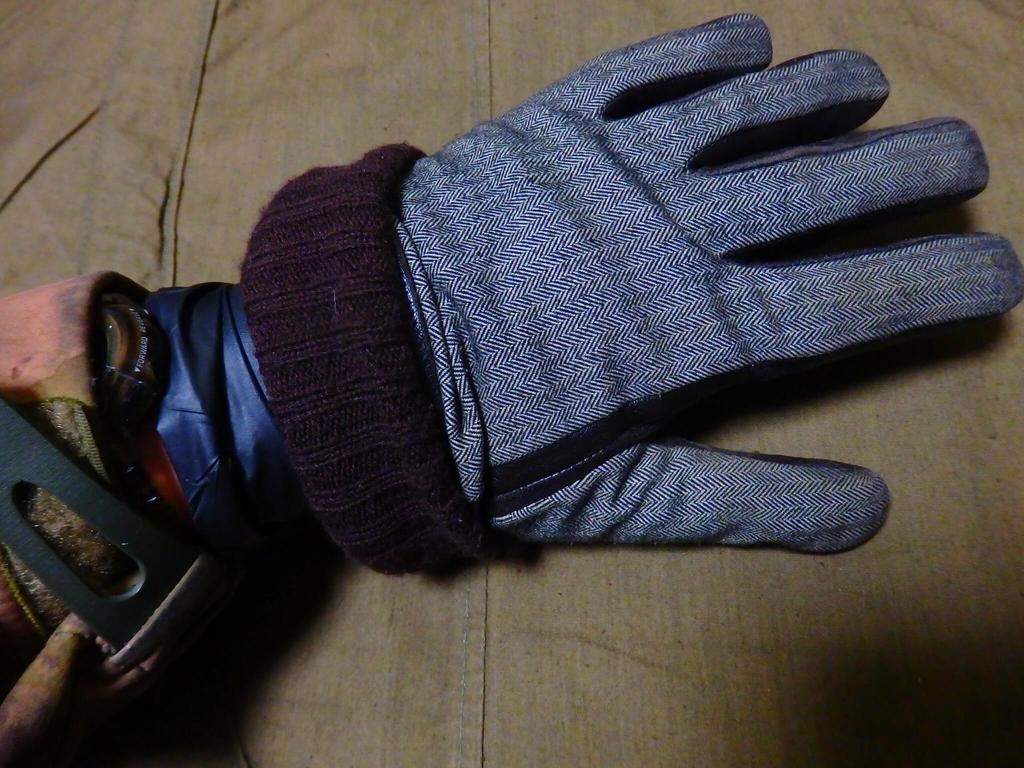 ニトリルグローブの上に防寒用手袋を重ねる