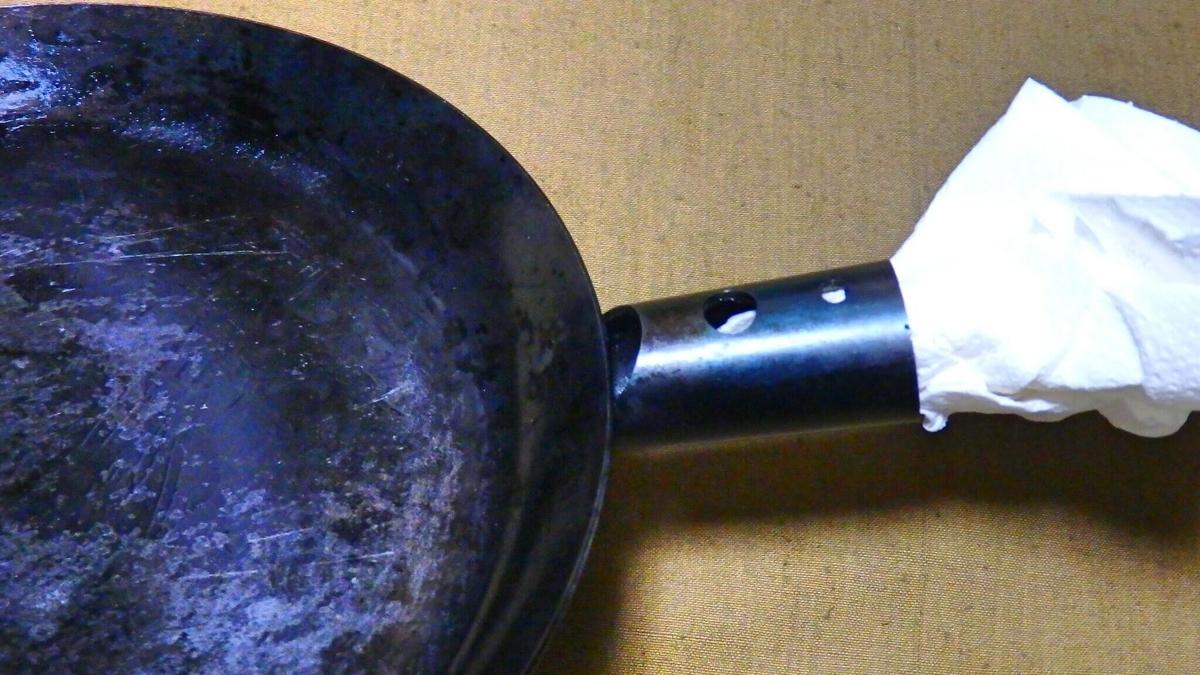 たき火フライパンの拭き上げ