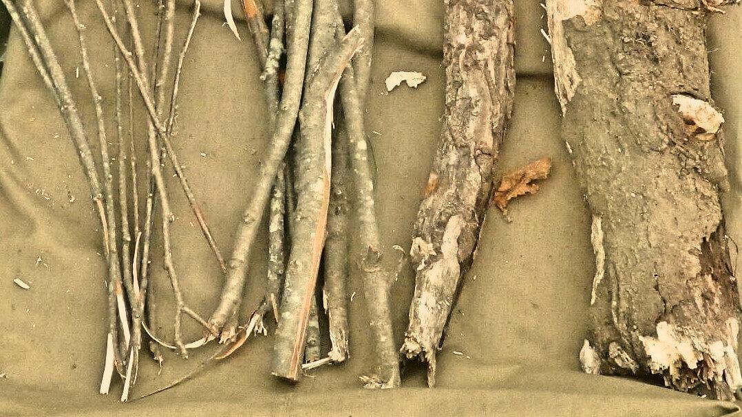 薪の下に敷いて湿気を防ぐ