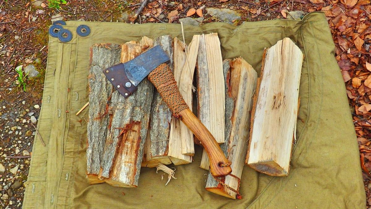 薪とハスクバーナの手斧