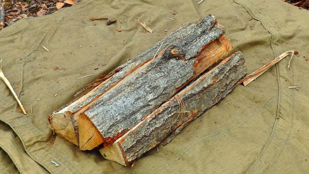 薪を敷き詰めて作った土台