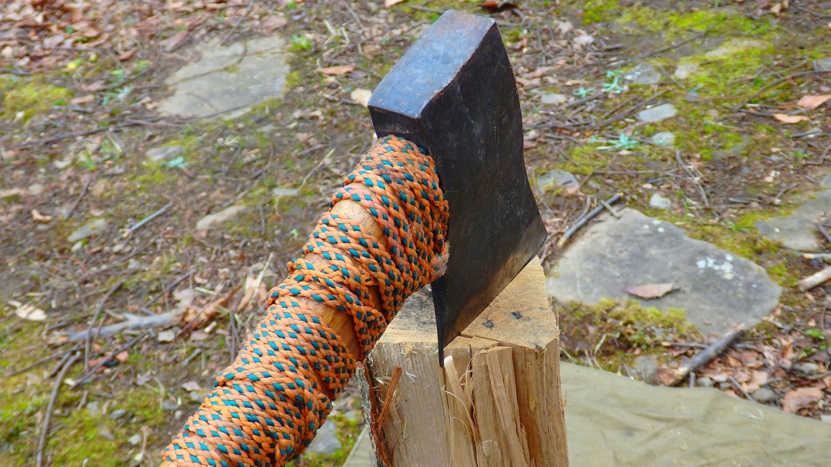 木目に沿って斧を振り下ろす