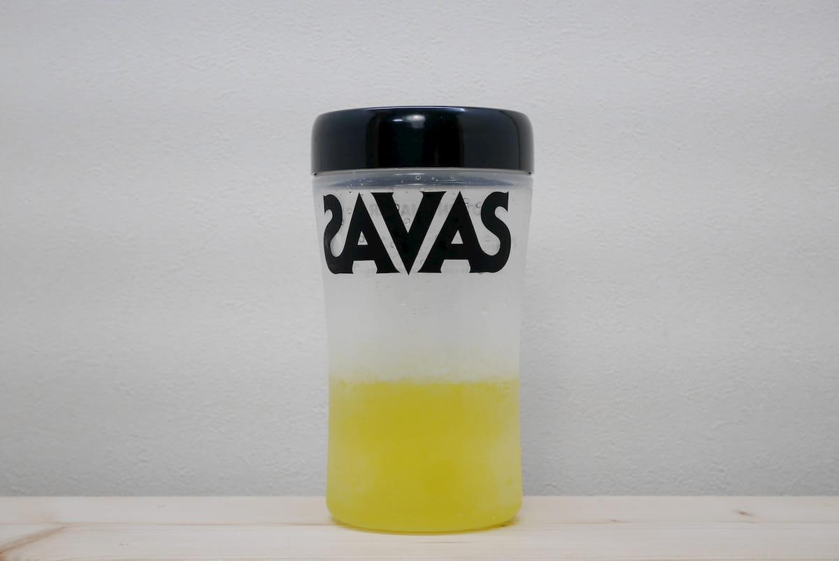 マイプロテインのBCAA「トロピカル味」を水に溶かした様子