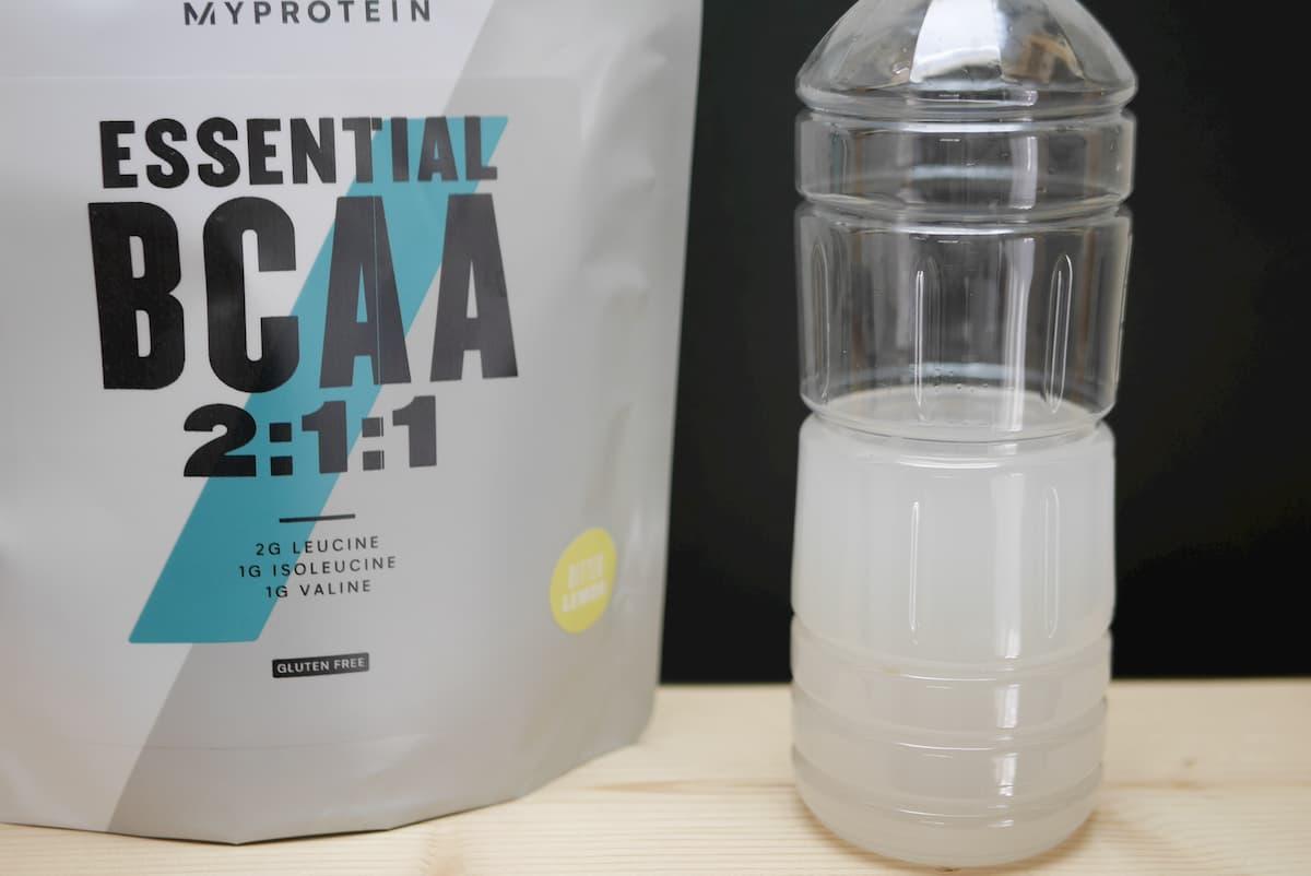 ペットボトルに入った水に溶かしたビターレモン