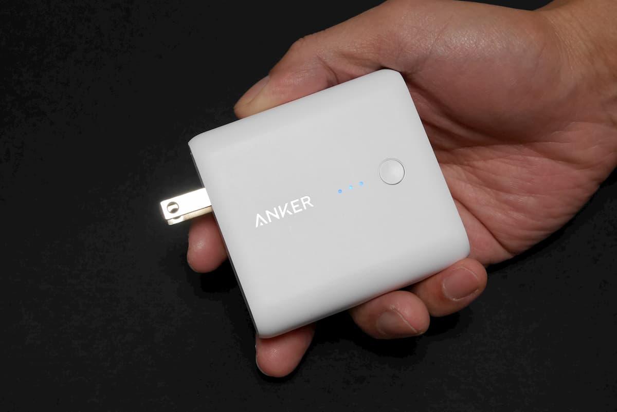 Anker Powercore Fusion 5000 を手に持った写真