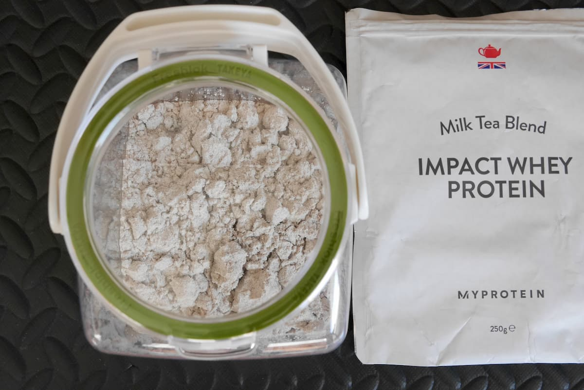 Impactホエイ ミルクティー 粉末とパッケージ