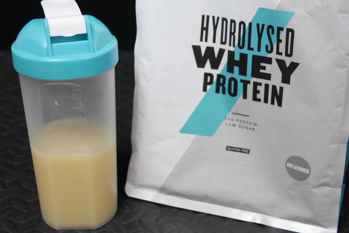 水に溶かした加水分解ホエイプロテイン