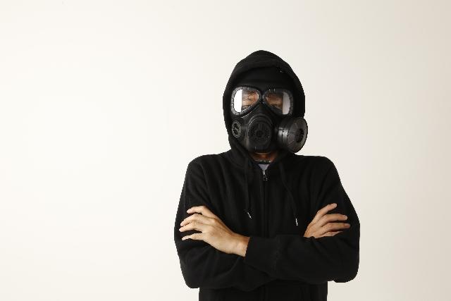 ガスマスクをつける男性