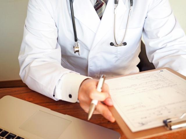 問診するドクター