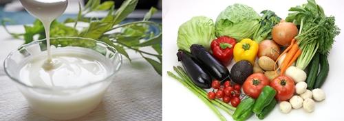 プレーンヨーグルトと色とりどりの生野菜