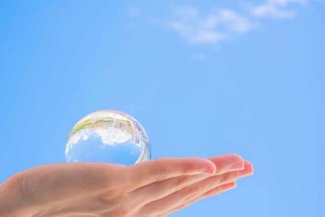 手のひらに乗ったガラスの地球