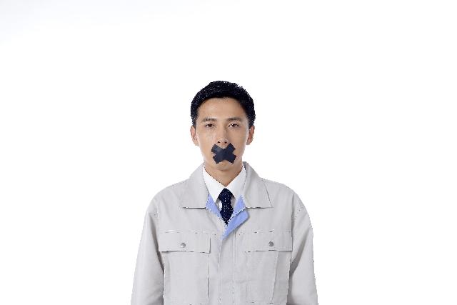 口をテープで塞がれる中年男性