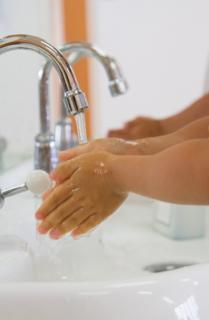 水道水で手洗いする風景
