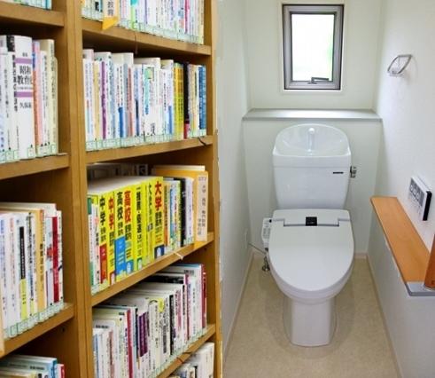 本棚付きのトイレ