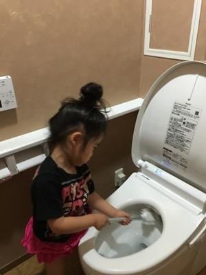 トイレ掃除する女の子