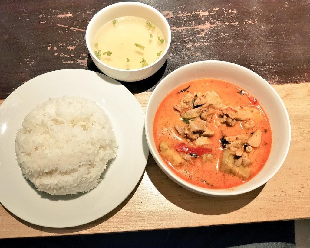 川崎駅のタイキッチンでレッドカレー(税込700円)