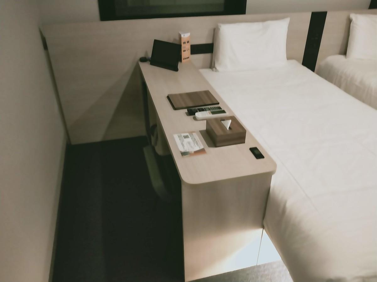 変なホテル東京 浅草田原町の客室(ベッドの脇)