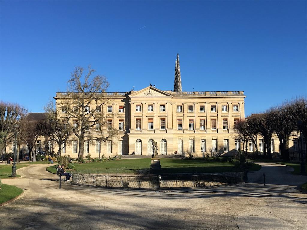庭園側から見る市庁舎