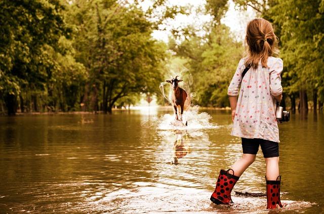 川を歩く少女(子供)